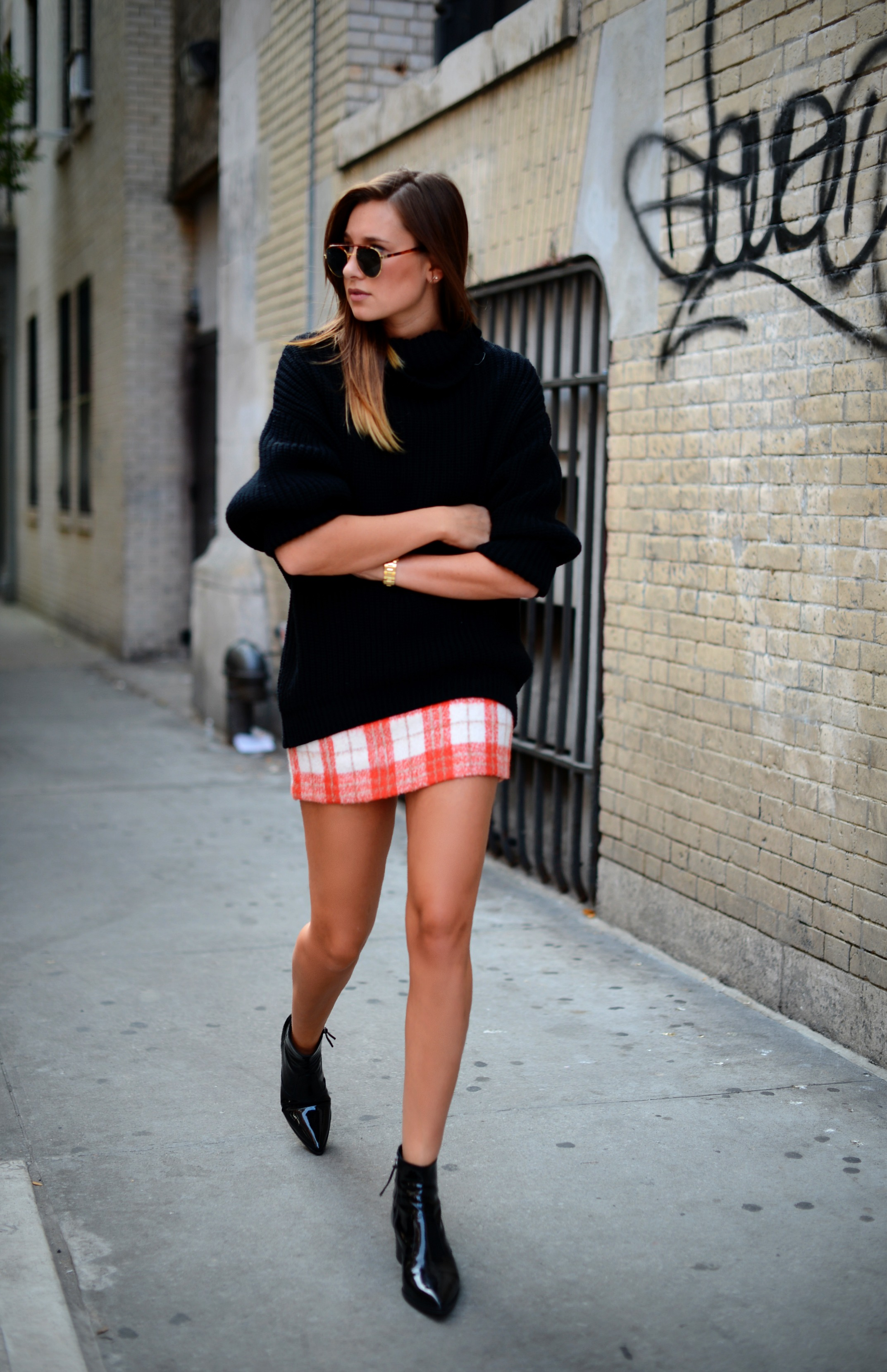 There are thousands ways you can wear your favorite checkered skirt, all you need is to get inspired. Scroll down to see my favorite looks. We see young lady clad in striped long-sleeve top tucked in black-white buffalo plaid midi skirt completed with black loafers. A black long-sleeve top is tucked in tartan knee-length pencil skirt.